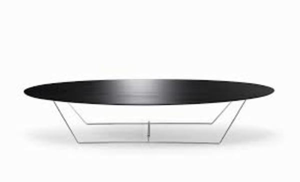 wunderschön-aussehender-und-elegant-gestalteter-tisch-mit-ovaler-form-schicke-schwarze-gestaltung-und-hintergrund-in-weißer-farbe