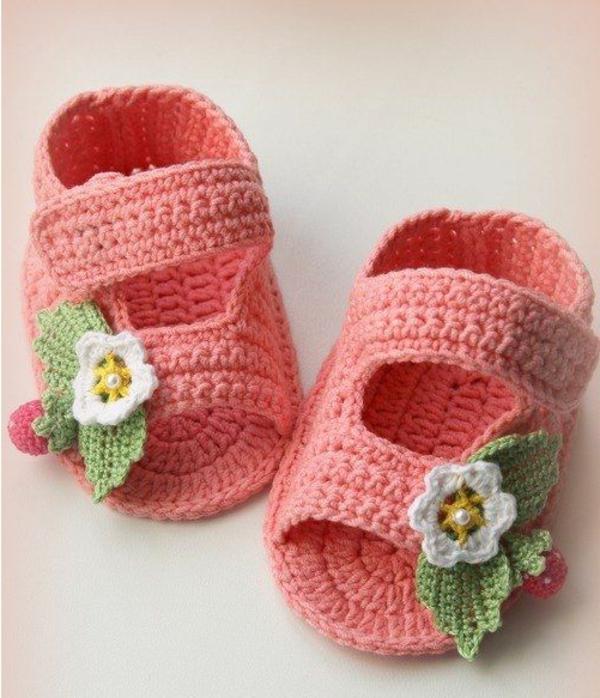 wunderschöne-babyschuhe--mit-blumen-häkeln---schöne-ideen-häkeln-für-baby-häkeleien-tolles-design-häkeln-
