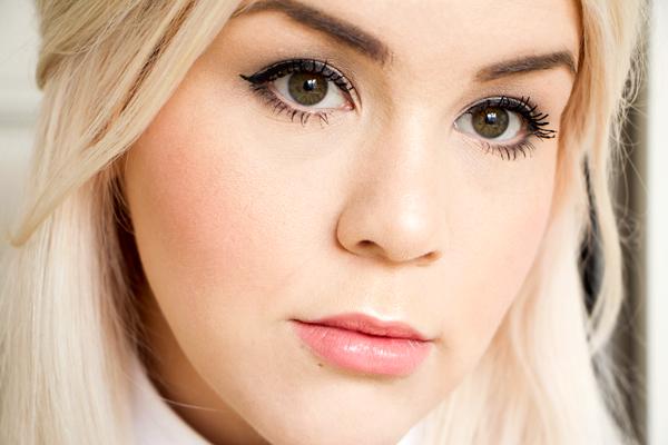 wunderschöne-blonde-frau-mit-tages-makeup