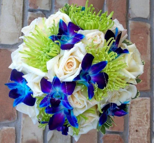 wunderschöner-brautstrauß-mit-blauen-orchideen-und-weißen-rosen