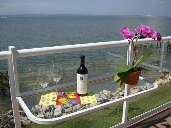 wunderschöner-modern-aussehender-tisch-für-balkon-interessante-gestaltung-von-terrasse-und-herrlicher-blick