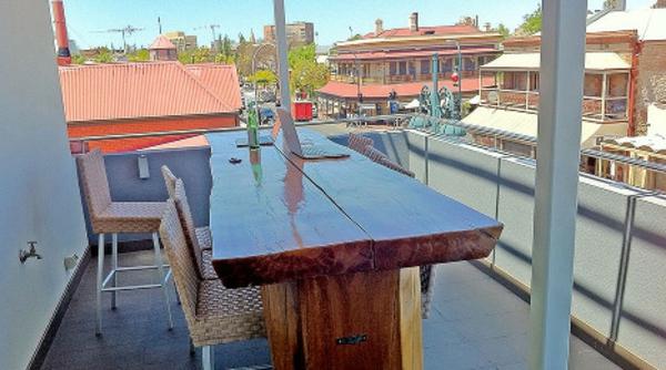 wunderschöner-modern-aussehender-tisch-für-balkon-interessantes-aussehen
