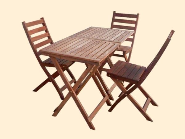 wunderschöner-modern-aussehender-tisch-für-balkon-interessantes-hölzernes-modell-mit-stühlen-weißer-hintergrund
