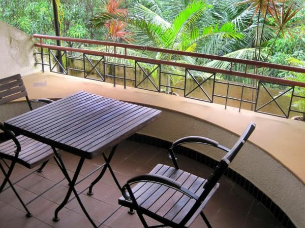wunderschöner-modern-aussehender-tisch-für-balkon-kleines-quadratisches-modell-aus-holz