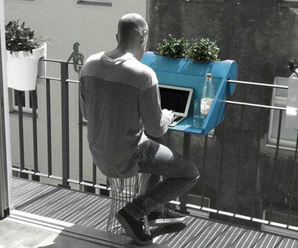 wunderschöner-modern-aussehender-tisch-für-balkon-kreatives-bild-in-grauen-farbschemen-und-blau-als-akzent