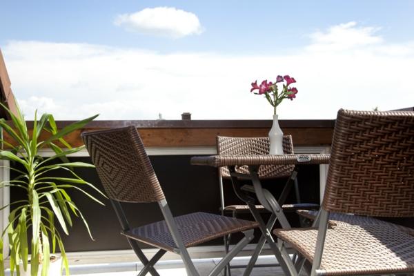 wunderschöner-modern-aussehender-tisch-für-balkon-sehr-attraktive-gestaltung-vom-balkon