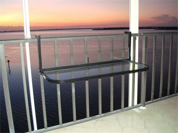 wunderschöner-modern-aussehender-tisch-für-balkon-sehr-elegante-gestaltung-vom-balkon-und-sehr-schöner-blick