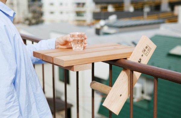 wunderschöner-modern-aussehender-tisch-für-balkon-sehr-klein-und-besonders-praktisch