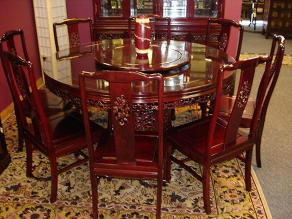 wunderschöner-orientalischer-tisch-eleganter-tisch-mit-vielen-stühlen