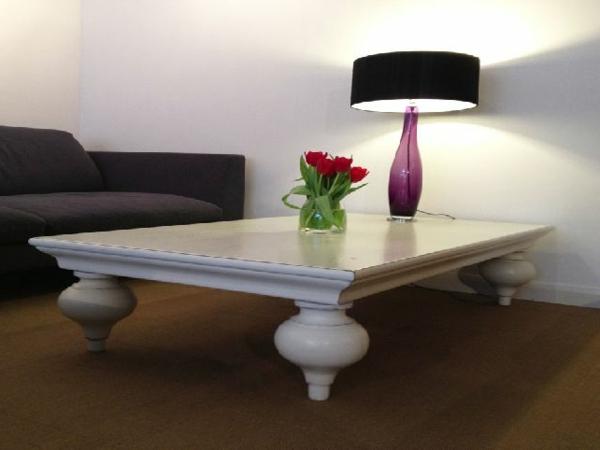 wunderschöner-orientalischer-tisch-weißes-elegantes-design-im-wohnzimmer