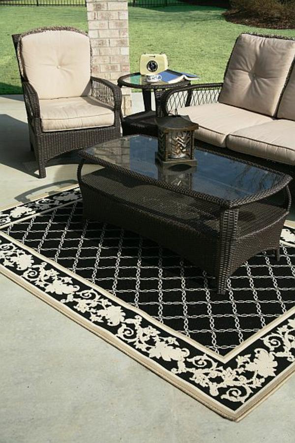 wunderschöner-outdoor-teppich-in-schwarz-und-weiß