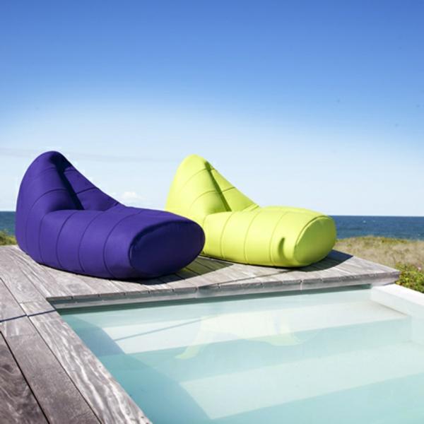 zwei-extravagante-modelle-sitzsack-outdoor-neben-einem-pool