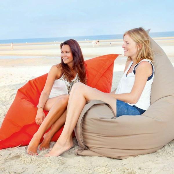 zwei-frauen-entspannen-sich-sitzsack-outdoor