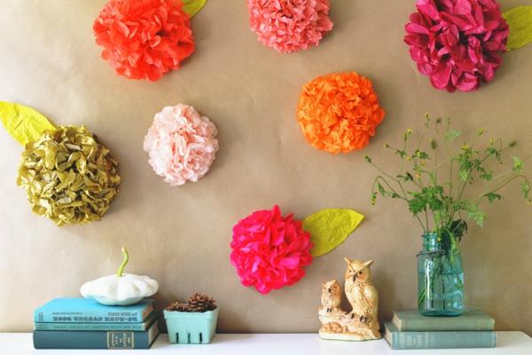 Blumen-aus-Krepppapier-an-der-Wand-resized
