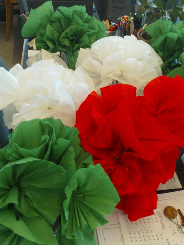 Blumen-aus-Krepppapier-in-weiß-rot-und-grün-resized