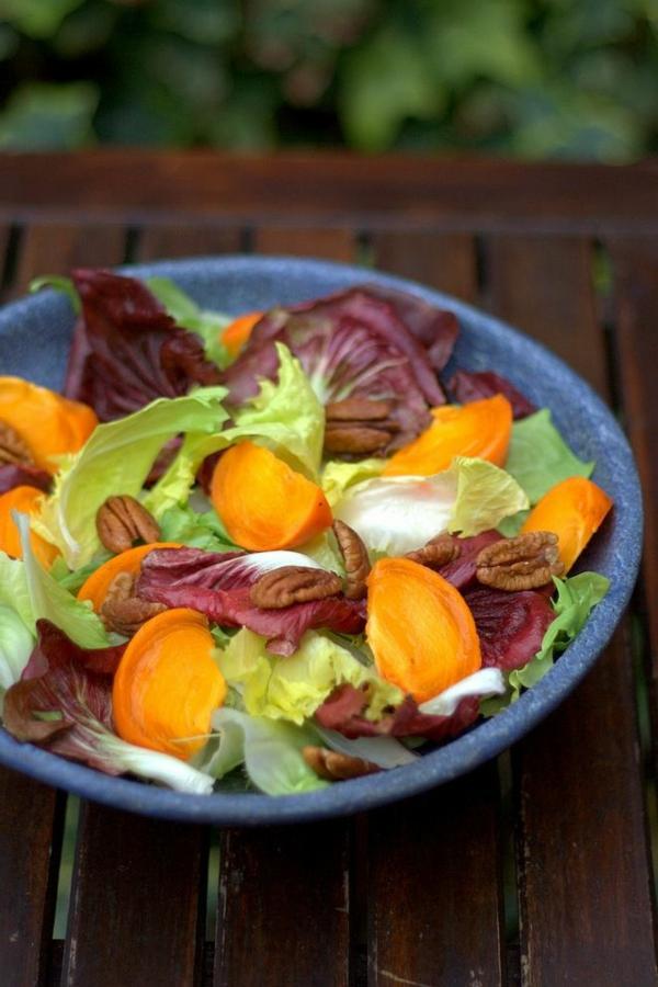 Chicorée-und-Radicchio-Salat-mit-Persimonen-und-Pekannüsse