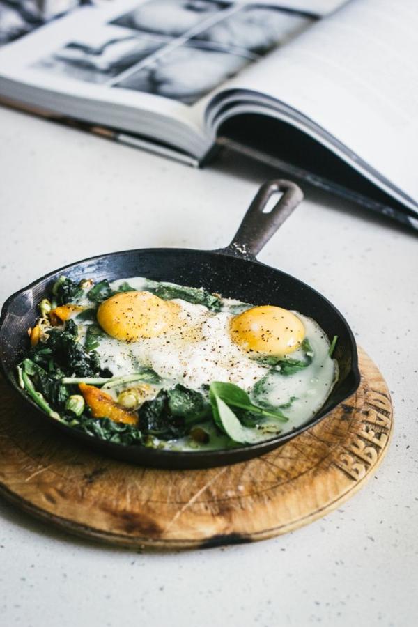 Gebackene-Eier-mit-Spinat-Ricotta-Lauch-und-gegrillten-Paprika-resized