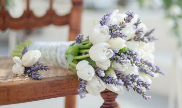 Hochzeitsstrauß-von-weißen-Tulpen