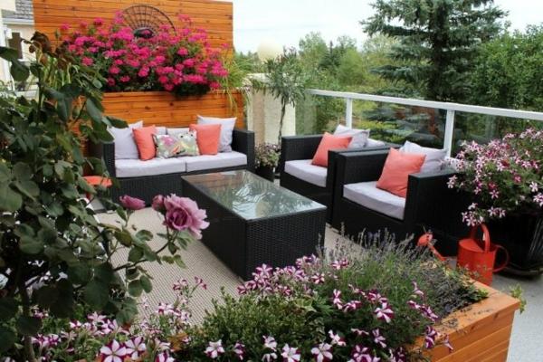 Ideen-für-Blumenkübel-modern-gießkanne-deko-kissen-oase-gartengestaltung-ideen-gartengestaltung-beispiele-gartengestaltungsideen