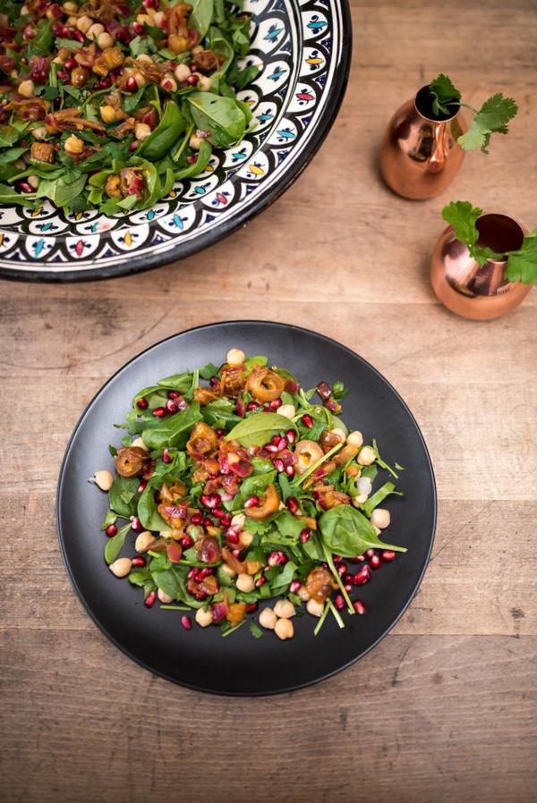 Kichererbsen-Spinatsalat-mit-Granatapfel-und-Datteln-resized