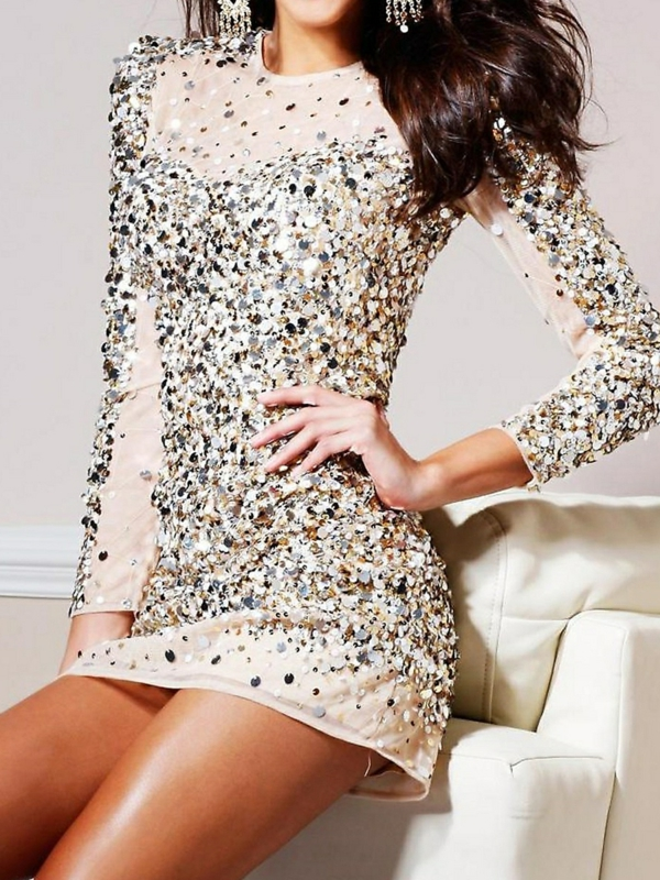 Kleid-mit-langen-Ärmeln-und-goldenen-Pailletten
