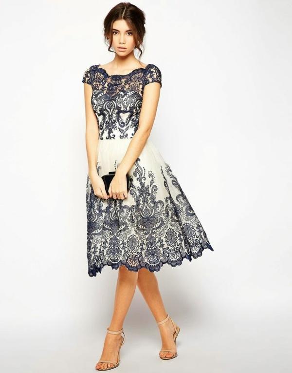 Kleid-in-Blau-und-Dunkelblau-mit-Stickerei