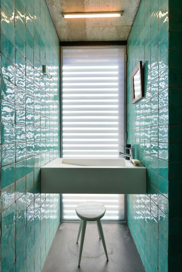 Minzewände-halten-das-Waschbecken-in-einer-alternativen-Zusammensetzung