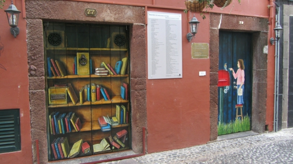 Painted_doors_on_Rua_de_Santa_Maria,_Funchal,_Madeira