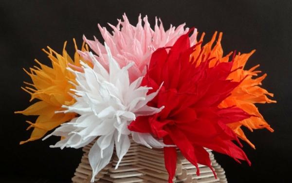Papierblumen-in-kreativer-hölzerner-Vase-resized