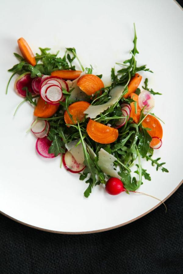 Persimmon-Radieschen-und-Rucola-Salat