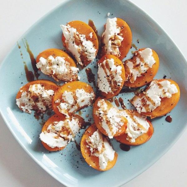 Persimmon-Ziegenkäse-Stücke-mit-Granatapfel-Melasse-Pfeffer-und-Meersalz