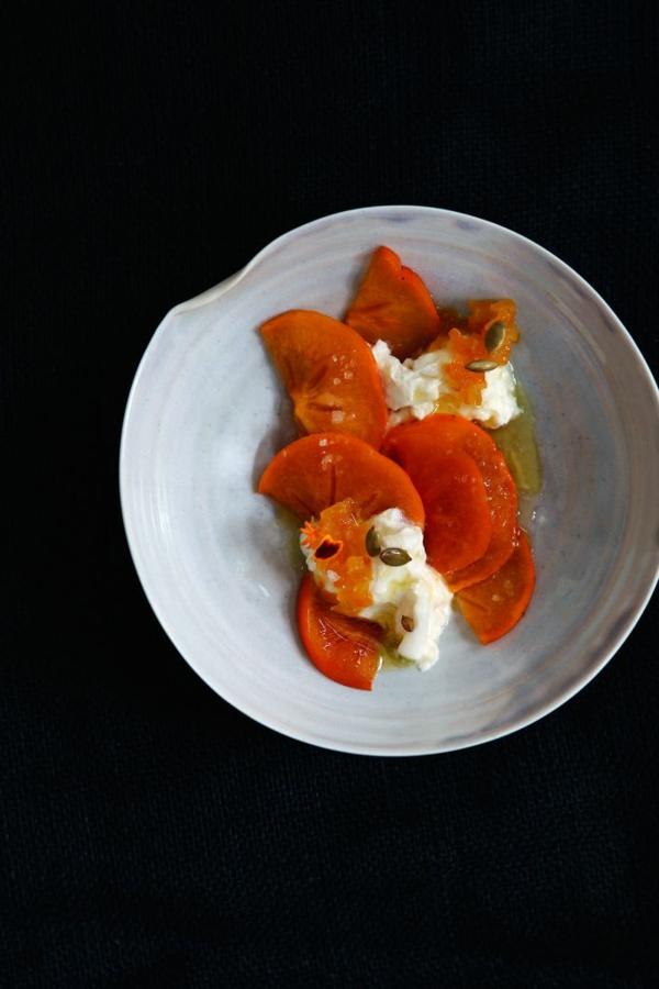 Persimmon-mit-sauere-Zitrone-Aprikosen-Würzsauce-Pepita-Samen-Salz-und-Olio-Nuovo