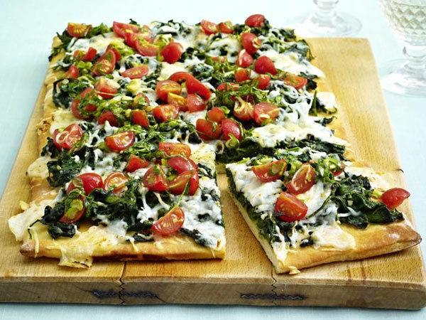 Pizza-mit-Spinat-Ziegenkäse-und-Kirschtomaten-resized