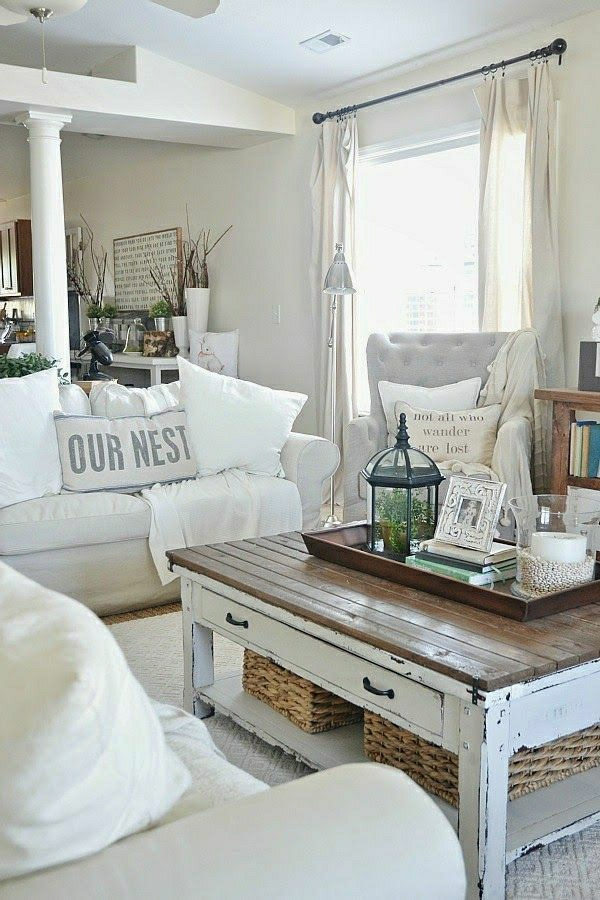 Sommerhaus-Wohnzimmer-Kissen-weiß-Holztisch