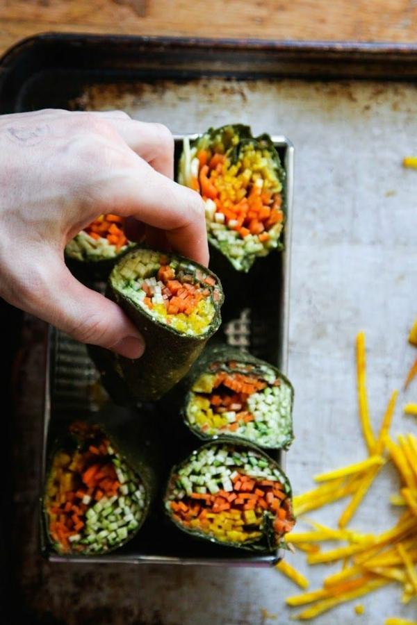 Spinat-Tortillas-gefüllt-mit-gestampften-Avocado-und-zerfetzten-Gemüse-resized