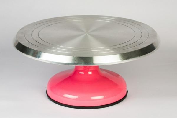 Tortenständer-aus-Metall-mit-rosa-Grundlage-resized