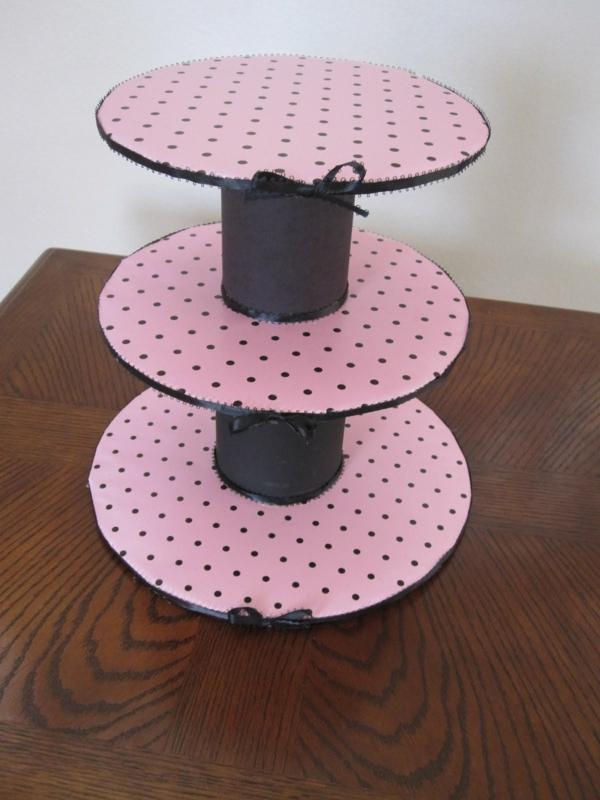 Tortenständer-in-Rosa-mit-schwarzen-Punkten-resized