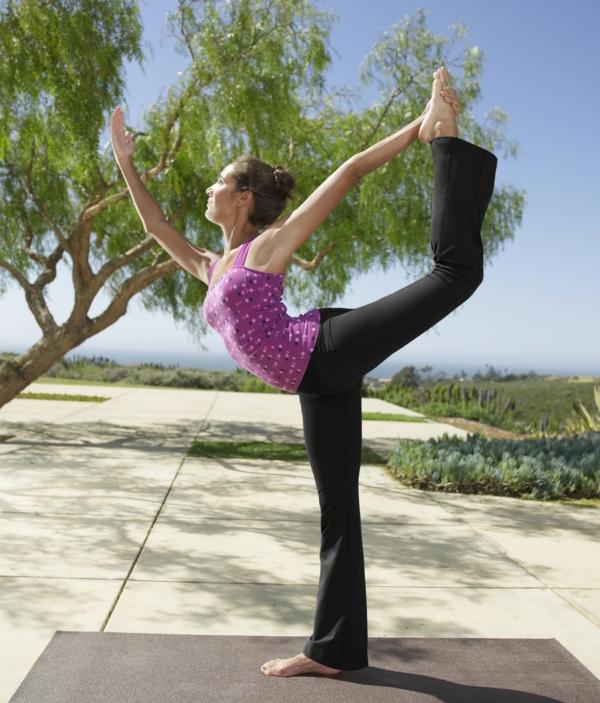 Yoga-Asanas-machen-mit-schwarzen-Yoga-Hosen-an-resized