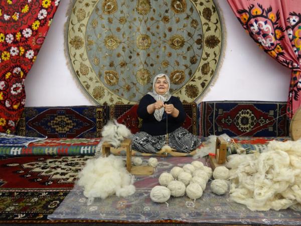 alte-Dame-die-türkische-Teppiche-herstellt