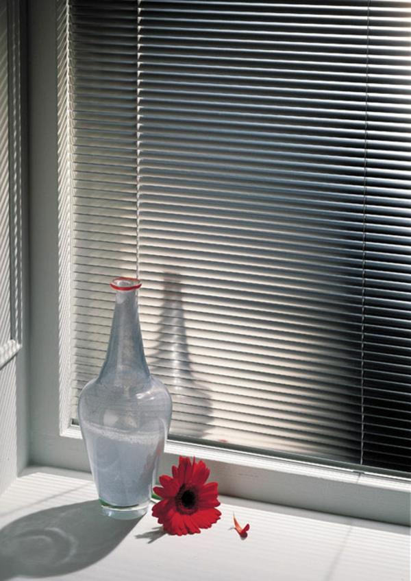 aluminium-jalousien-mit-schöner-dekoration