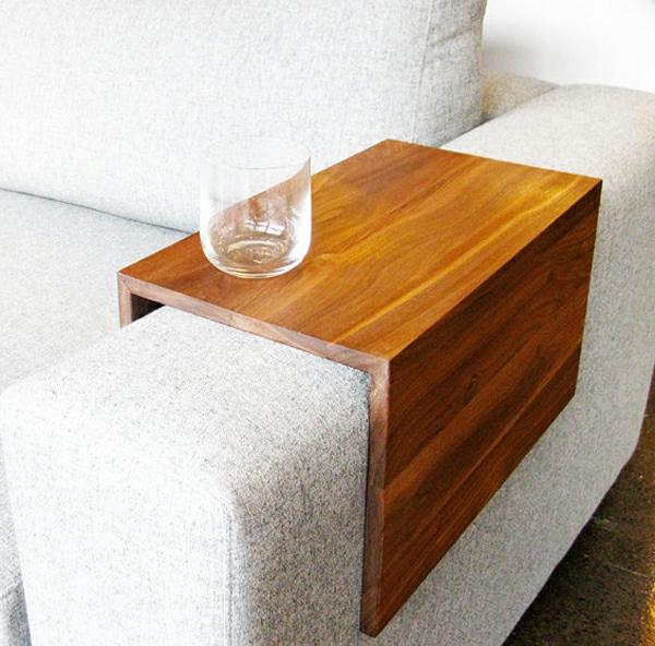 anlage-für-sofas-aus-echtholz-ein-glas-darauf