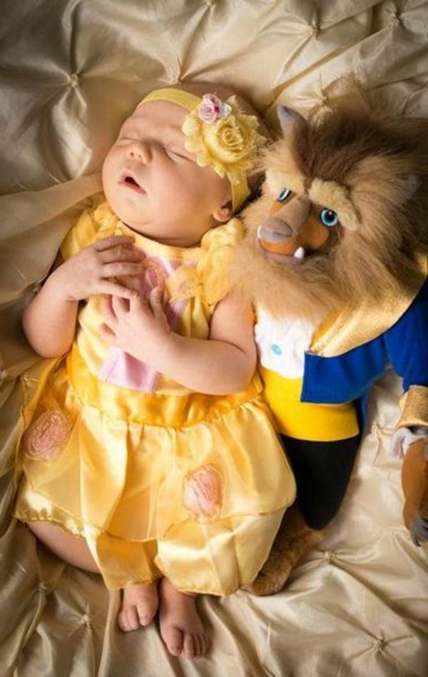 baby-mädchen-prinzessin-neben-einem-plüschtier