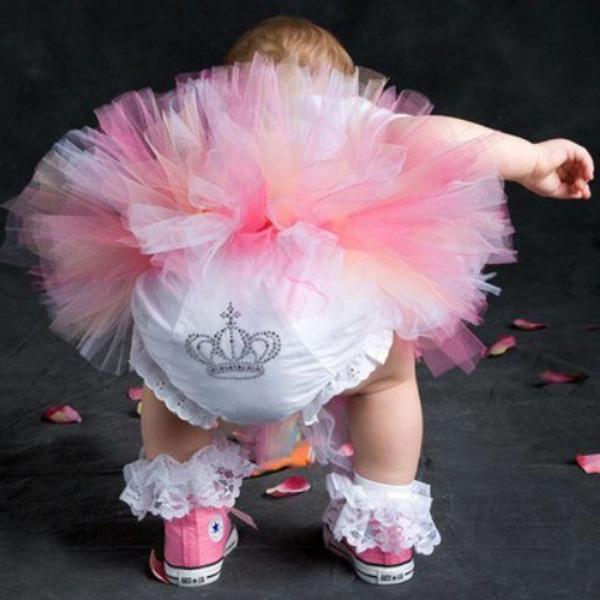 baby-prinzessin-mit-rosiger-kleidung