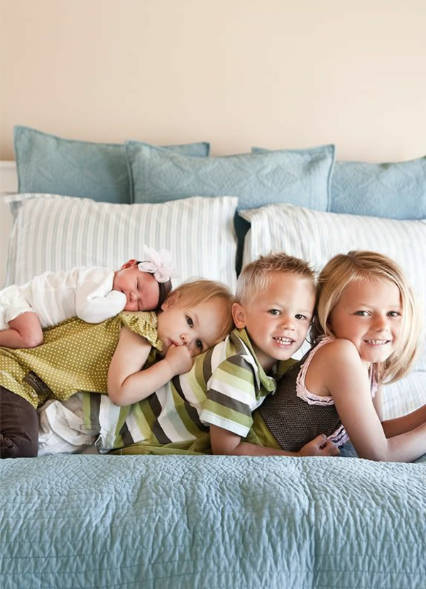 baby-und-familie-alle-kinder-zusammen-auf-dem-bett