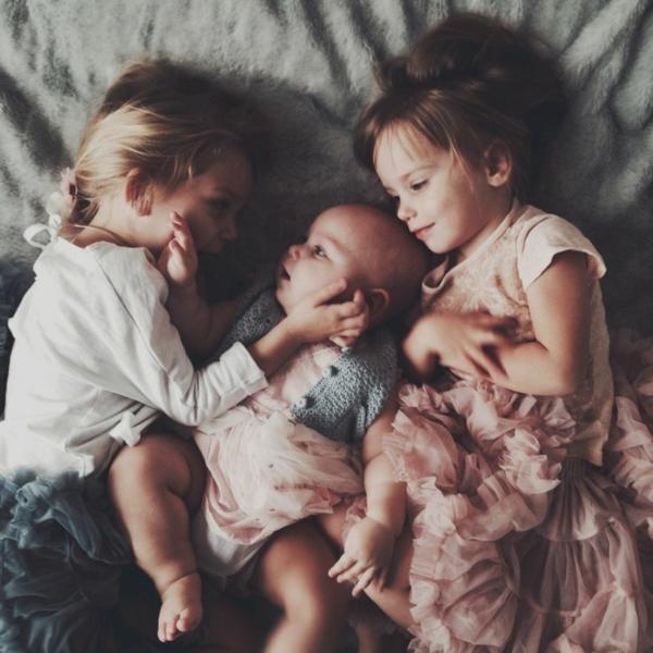 baby-und-familie-alle-schwester-schlafen-zusammen