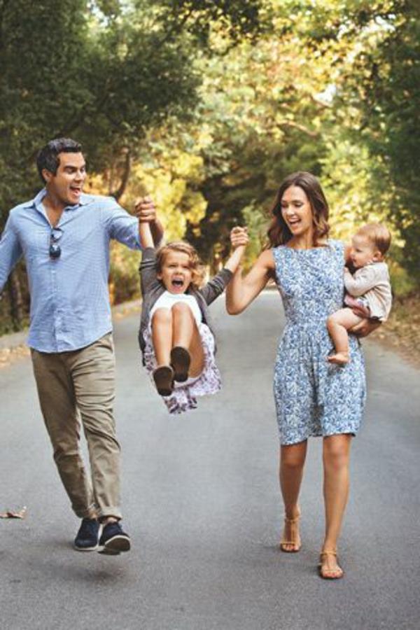 baby-und-familie-einen-gemeinsamen-spaziergang-machen