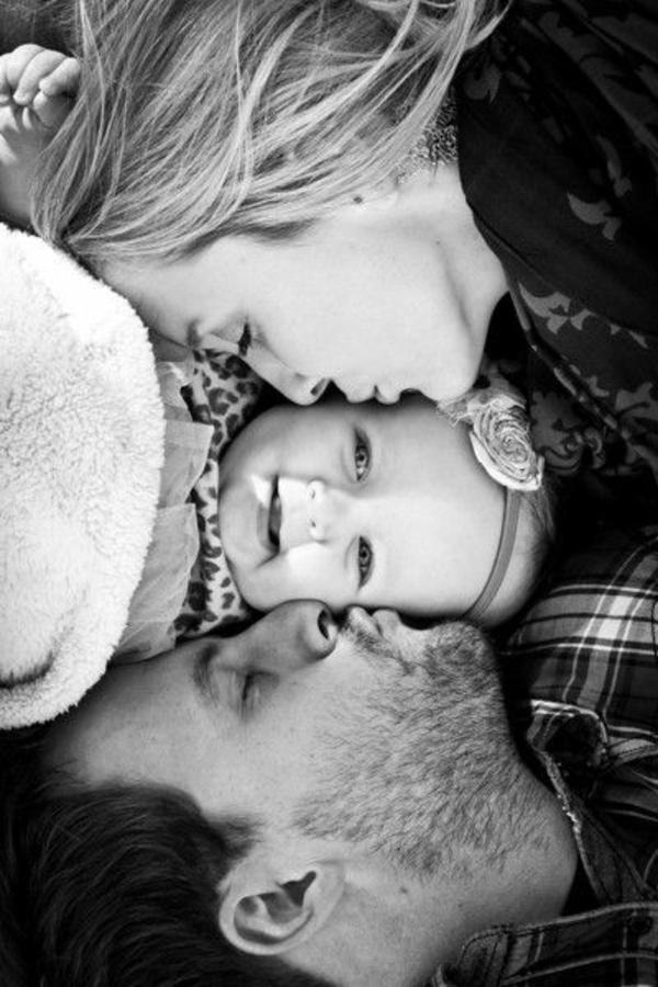 baby-und-familie-foto-in-schwarz-und-weiß