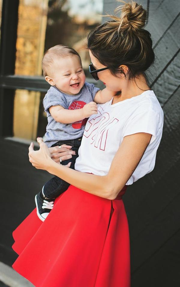 baby-und-familie-hübsche-schlanke-mutter-mit-dem-kind