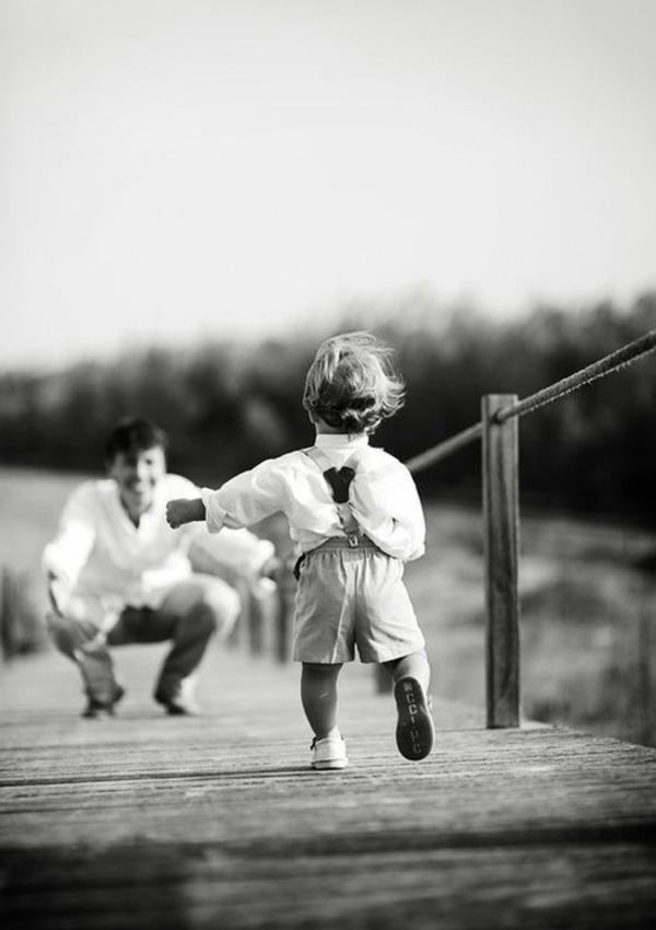 baby-und-familie-herrliches-bild-kind-läuft-zum-papa