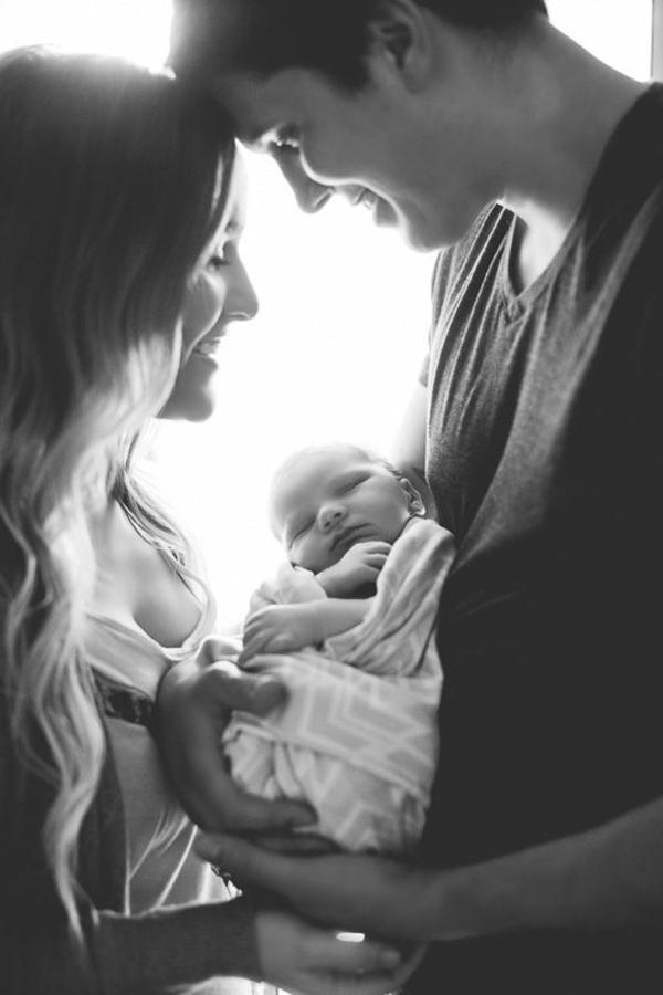 baby-und-familie-herrliches-foto-in-weiß-und-schwarz